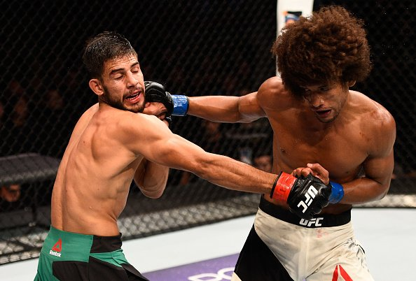 Yair Rodriguez and Alex Caceres exchanging punches.